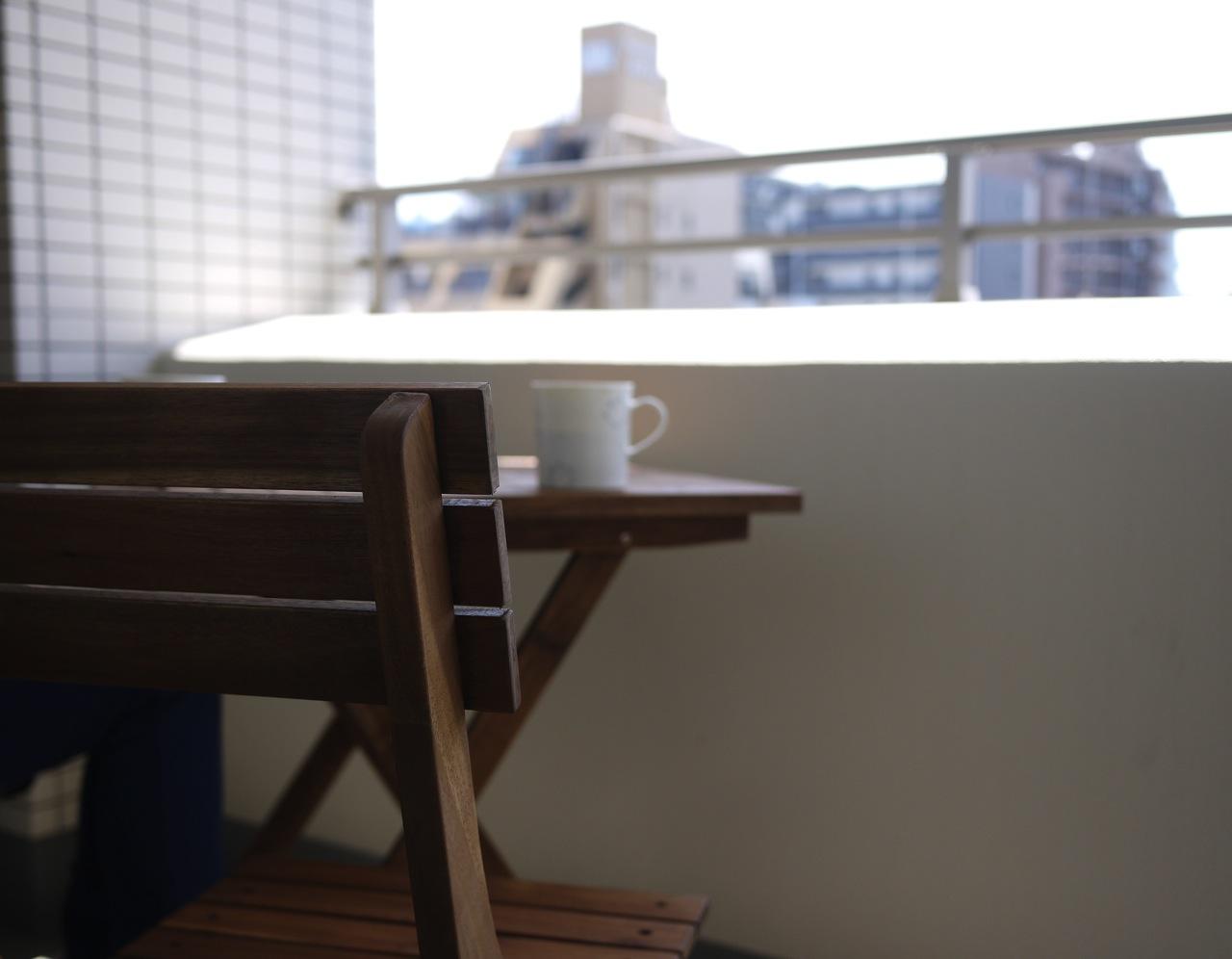 バルコニーにテーブルを置いて「男子ごはん」ごっこを楽しむ休日
